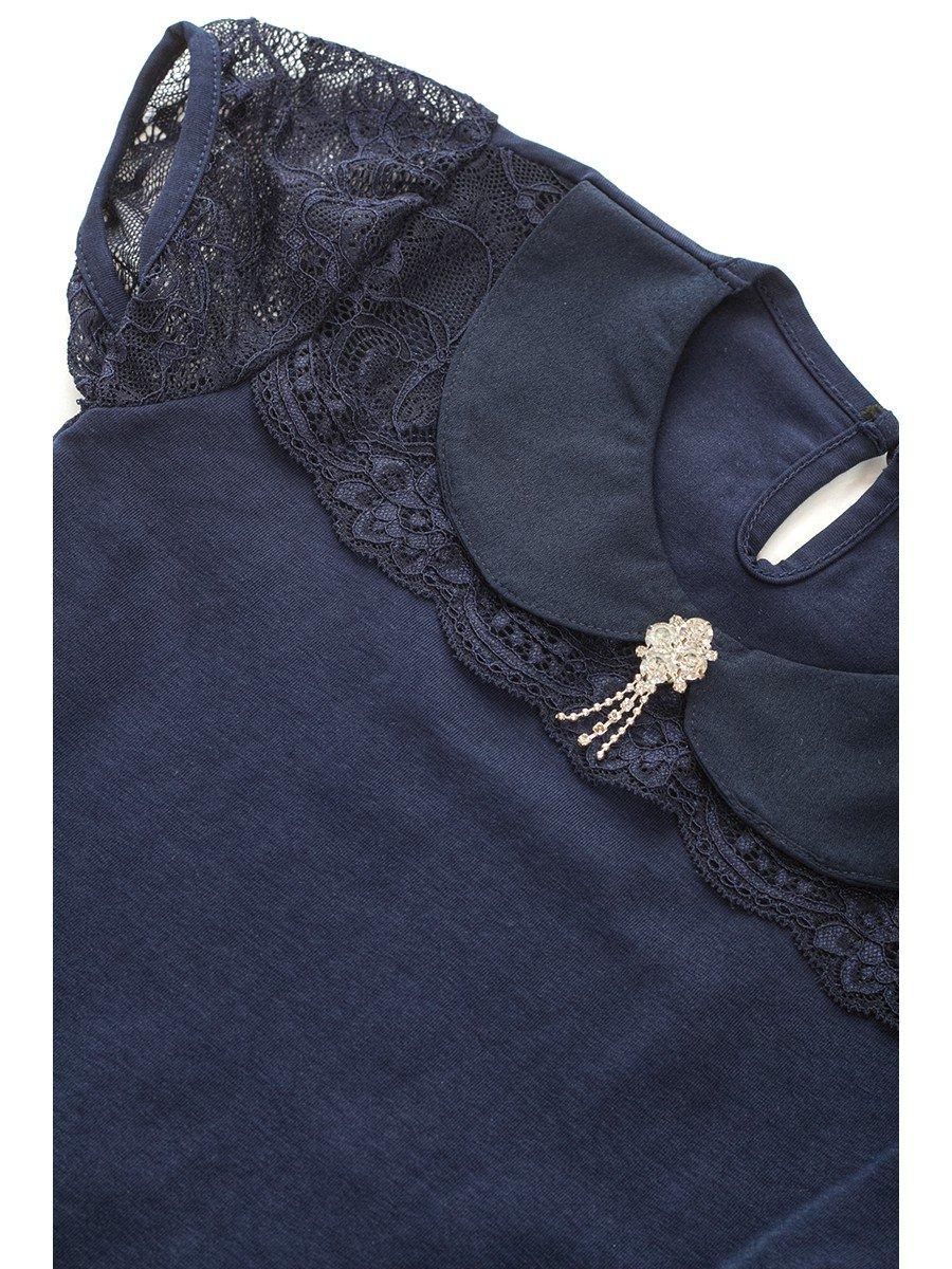 Блузка для девочки отделка гипюр, декор брошь, цвет: темно-синий