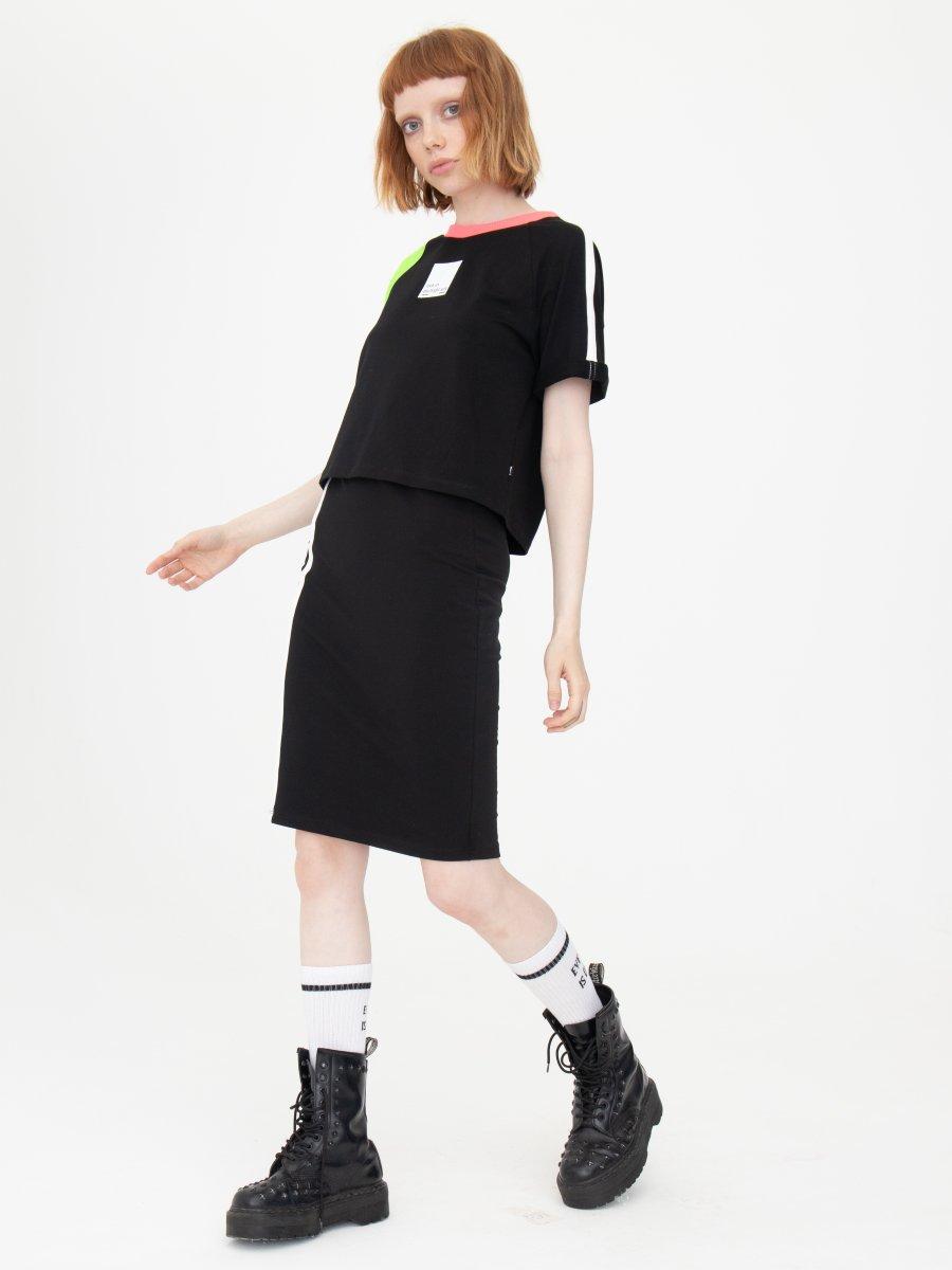 Комплект женский: футболка укороченная и юбка прилегающего силуэта, цвет: черный