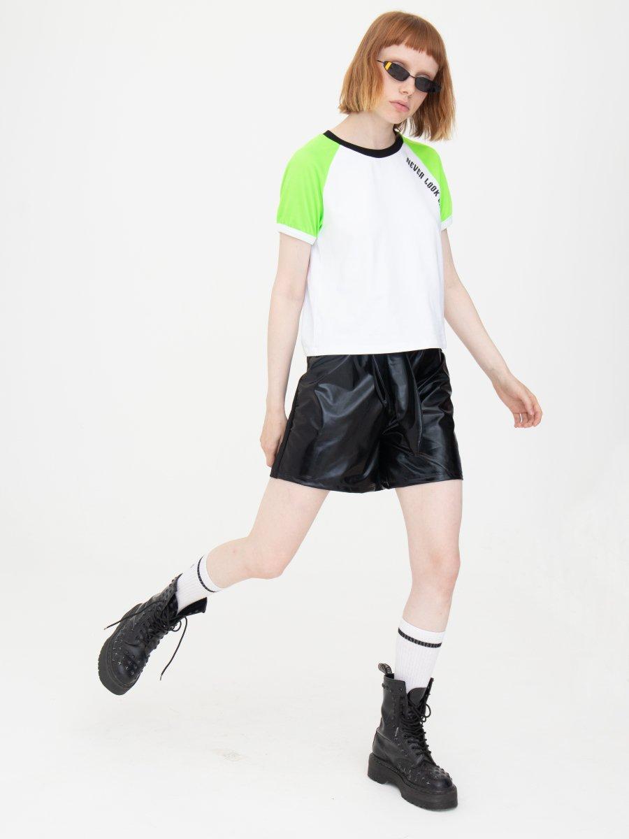 Комплект женский: футболка укороченная и шорты с завышенной посадкой, цвет: неон зеленый