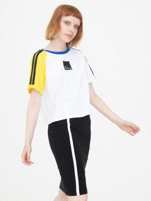 Комплект женский: футболка укороченная и юбка прилегающего силуэта